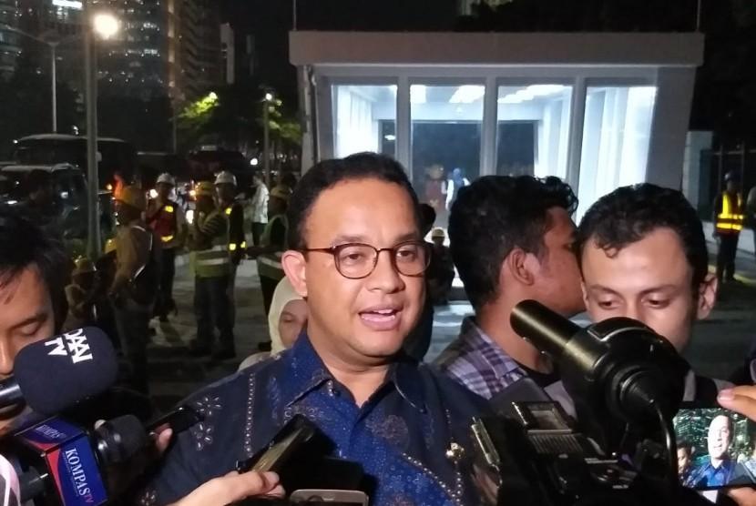 Gubernur DKI Jakarta Anies Rasyid Baswedan usai mendampingi Presiden Joko Widodo menjajal MRT Jakarta bersama influencer, artis, dan para pimpinan redaksi media di Stasiun Istora, Jakarta, Kamis (21/3).