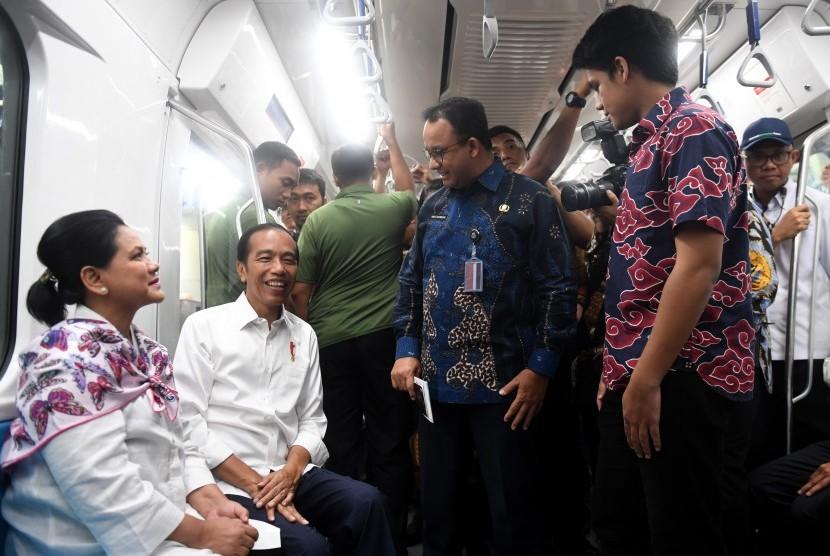 Presiden Joko Widodo (kedua kiri) didampingi Ibu Negara Iriana Joko WIdodo (kiri) berbincang dengan Gubernur DKI Jakarta Anies Baswedan (kedua kanan) ketika mencoba MRT dengan rute stasiun Bundaran HI-Lebak Bulus-Istora di Jakarta, Kamis (21/3/2019).