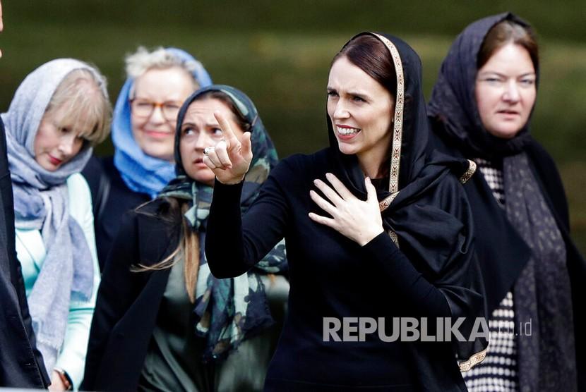 PM Selandia Baru Jacinda Ardern bersama ribuan warga lainnya berkumpul di Hagley Park, seberang Masjid Al Noor di Christchurch saat shalat Jumat pukul 13.30 waktu setempat berlangsung.