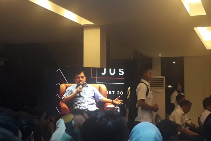 Wakil Presiden Jusuf Kalla saat menjadi pembicara dalam Talkshow Kamis Kerja bertajuk 'Jokowi di Mata Jusuf Kalla' di Rumah Kerja, Jalan Iskandarsyah II, Kebayoran Baru, Jakarta, Kamis (21/3).