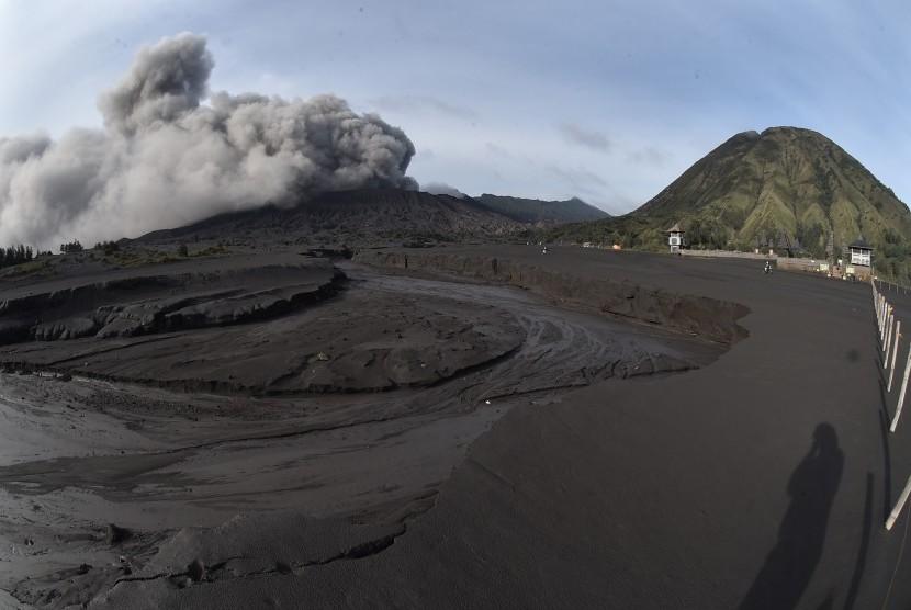 Abu vulkanik menyembur dari kawah Gunung Bromo di Jawa Timur, Jumat (22/3/2019).