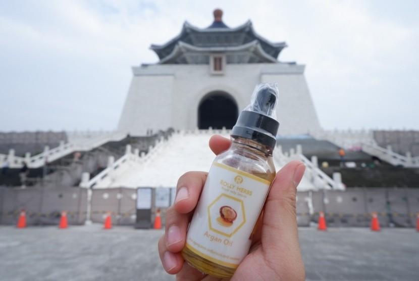 Mahasiswa Universitas Brawijaya (UB) menciptakan serum herbal yang baik untuk kulit wajah.
