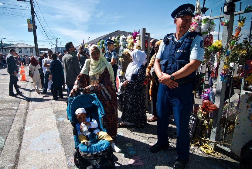 Petugas kepolisian berjaga di depan Masjid Wellington saat pelaksanaan salat Jumat pertama pascapenembakan di dua masjid kota Christchurch pada Jumat (15/3) di Kilbirnie, Wellington, Selandia Baru, Jumat (22/3/2019).