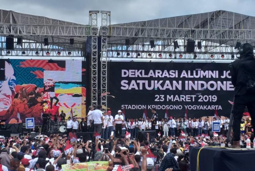 Jokowi hadiri deklarasi alumni Jogja satukan Indonesia di Stadion Kridosono, Sabtu (23/3).
