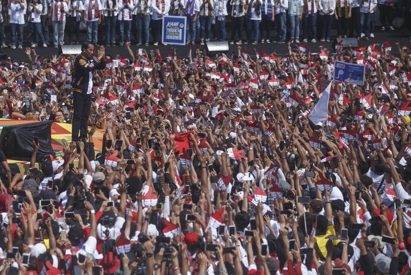 Calon Presiden nomor urut 01 Joko Widodo menyapa pendukungnya saat Deklarasi Alumni Jogja Satukan Indonesia di Stadion Kridosono, DI Yogyakarta, Sabtu (23/3/2019).