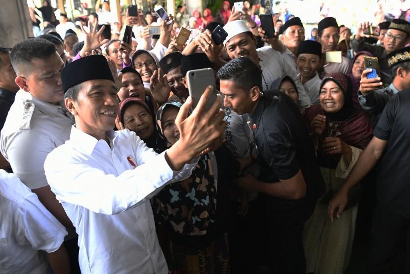 Presiden Joko Widodo (kedua kiri).