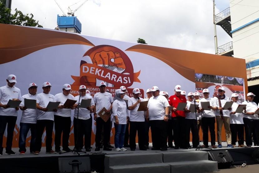 Ketua Badan Pengawas Pemilihan Umum (Bawaslu) Abhan (memegang mikrofon)  membacakan poin Deklarasi Komitmen Bersama Menjelang Kampanye Rapat Umum  dan Iklan Kampanye Pemilu, di halaman Bawaslu Jakarta, Sabtu (23/4).