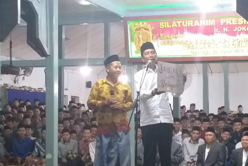 Presiden Jokowi berdialog dengan santri di Ponpes Asrama Perguruan Islam Tegalrejo Magelang, Sabtu (23/3) petang.