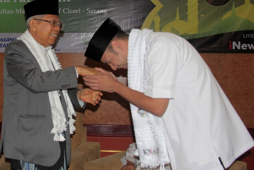 Artis Rafi Ahmad (kanan) menyalami Cawapres nomor urut 01 KH. Ma'ruf Amin (kiri) di Serang, Banten, Sabtu (23/3/2019).