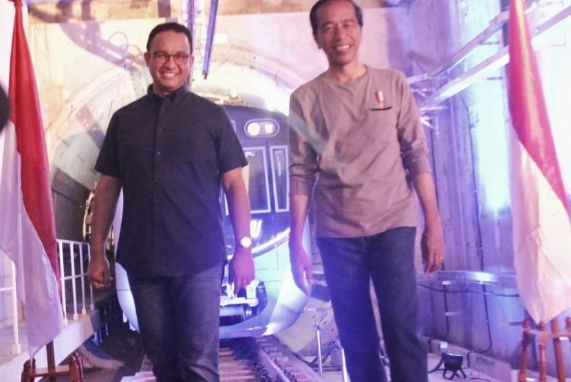 Presiden Joko Widodo dan Gubernur DKI Jakarta Anies Rasyid Baswedan dalam peresmian MRT Jakarta  secara simbolis di Stasiun Istora Mandiri, Ahad (24/3).