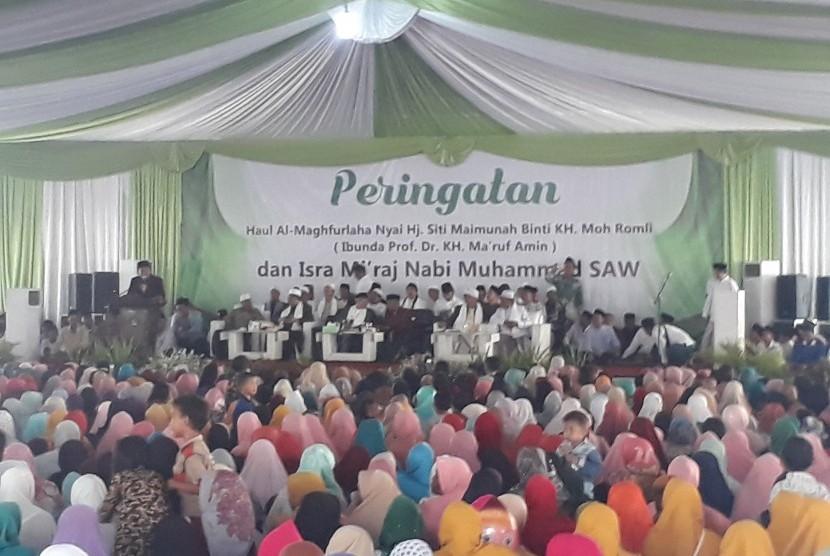 SERANG -- Puluhan ribu santri dan warga Banten berkumpul mengikuti acara  Isra Mi'raj dan peringatan haul Nyai Siti Maimunah binti KH. Moh. Romli  (ibunda KH. Ma'ruf Amin) di Pondok Pesantren An-Nawawi Tanara, Serang,  Banten, Ahad (24/3) siang.