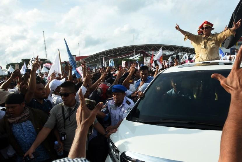 Calon presiden nomor urut 02 Prabowo Subianto menyapa simpatisannya saat melakukan kampanye terbuka (ilustrasi)