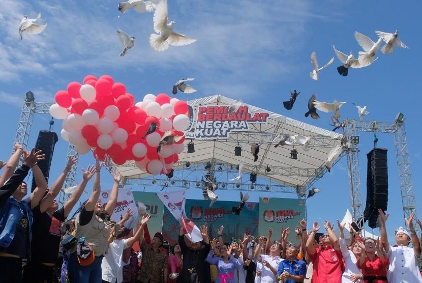 Anggota KPU Provinsi Bali bersama perwakilan partai politik melepaskan burung merpati dan balon sebagai simbolis Deklarasi Kampanye Damai Pemilu 2019 di Denpasar, Bali, Ahad (24/3/2019).