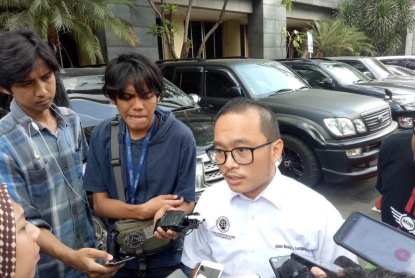 Pengacara Joko Driyono, Andru Bimaseta saat memberi keterangan pada awak media di Mapolda Metro Jaya, Senin (25/3).