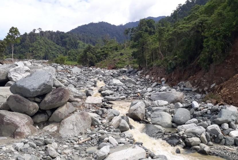 Kondisi arus sungai di kaki Gunung Cyclop, Sentani, Jayapura, Papua, Ahad (25/3). Aliran sungai sudah kembali ke jalurnya menyusul intensitas hujan yang mereda.
