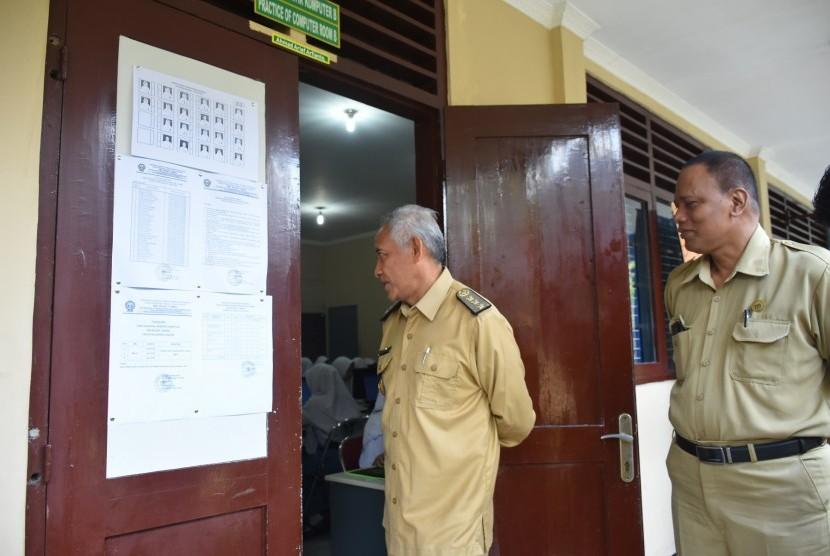 Pantauan Ujian Nasional Berbasis Komputer (UNBK) di SMK Negeri 1  Tempel (pintu coklat) dan SMK Muhammadiyah Tempel (pintu hijau), Senin  (25/3).