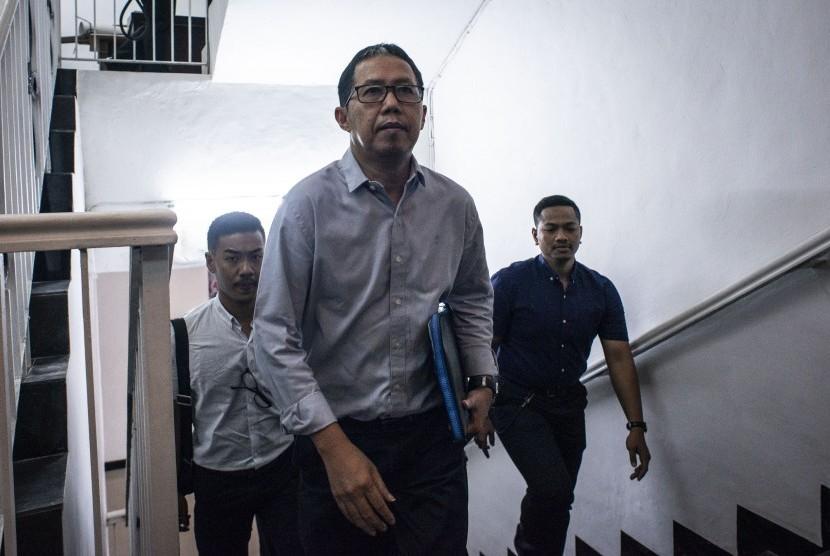 Mantan Plt Ketua Umum PSSI Joko Driyono (tengah) berjalan menuju ruang pemeriksaan di Ditreskrimum Polda Metro Jaya, Jakarta, Senin (25/3/2019).