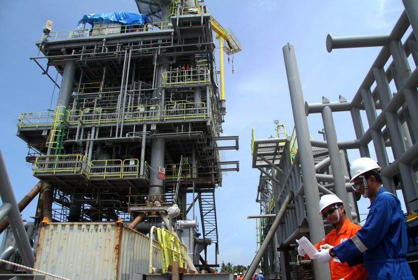 Pekerja melakukan pemeriksaan instalasi di area Anjungan YYA Pertamina Hulu Energi Offshore North West Java (PHE ONWJ) di Kutai Kartanegara, Kalimantan Timur, Senin (25/3/2019).