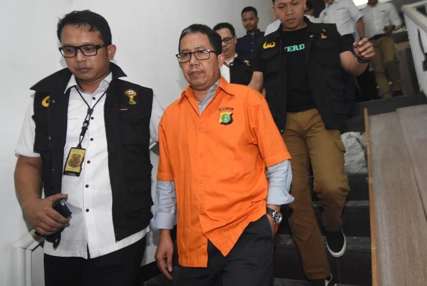 Mantan Plt Ketua Umum PSSI Joko Driyono (tengah) mengenakan rompi tahanan seusai menjalani pemeriksaan di Ditreskrimum Polda Metro Jaya, Jakarta, Selasa (26/3/2019) dinihari.