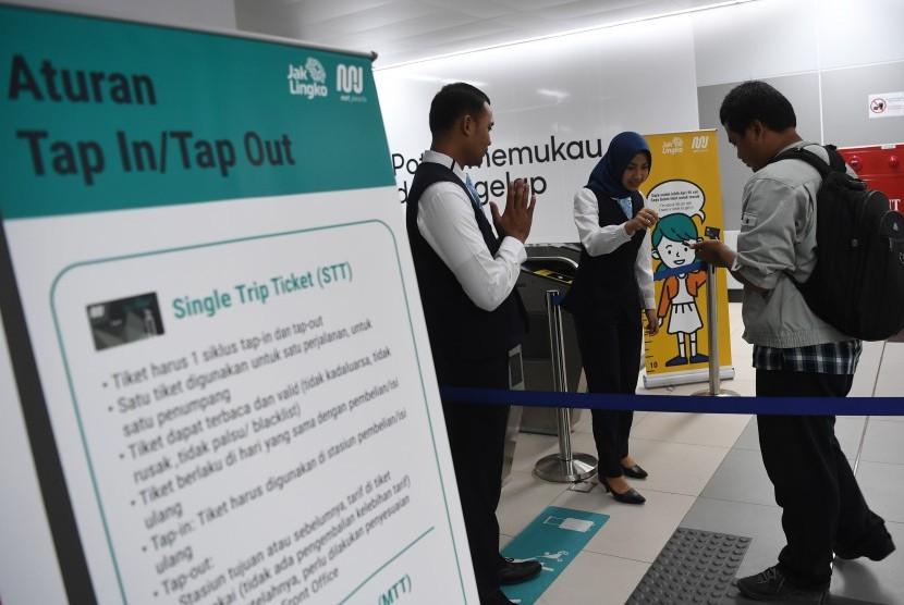 Petugas mengecek data penumpang yang akan menaiki kereta MRT di Stasiun MRT Bundaran HI, Jakarta, Selasa (26/3).