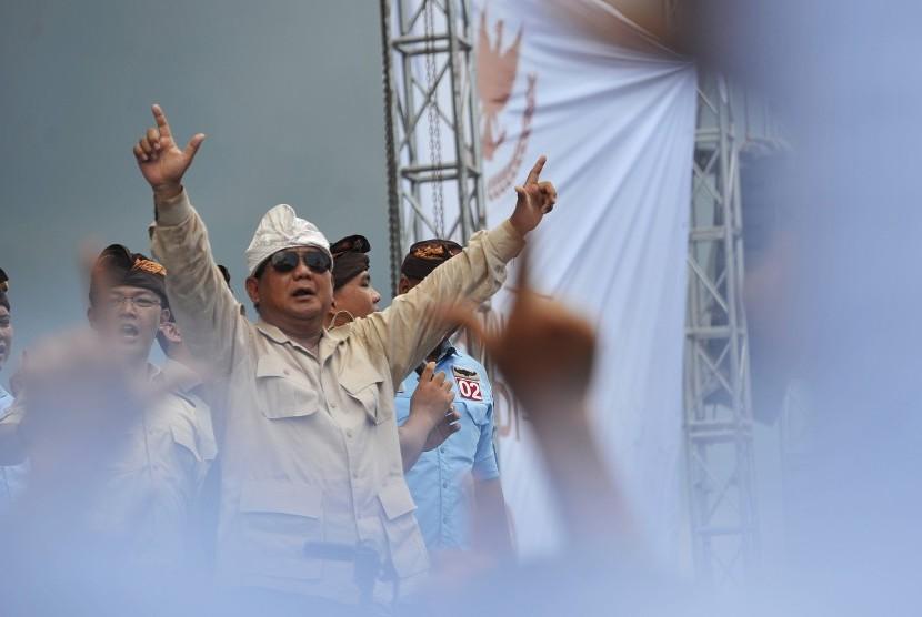 Calon Presiden nomor urut 02 Prabowo Subianto (kiri) menyampaikan orasi politiknya dalam kampanye terbuka di lapangan Kompyang Sujana, Denpasar, Selasa (26/3).