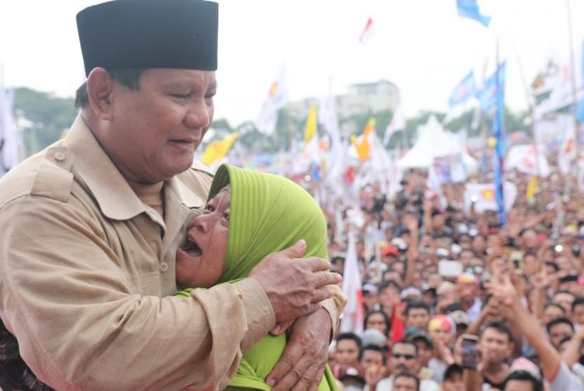 Calon presiden (capres) nomor urut 02 Prabowo Subianto memeluk seorang emak pada saat berkampanye di Lapangan Karang Pule, Mataram, NTB, Selasa (26/3).