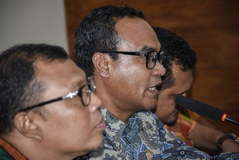 [ilustrasi] Kepala Divisi Pengawasan Bawaslu NTB Umar Ahmad Seth (tengah) bersama Ketua Bawaslu NTB Muhammad Khuwailid (kiri) menyampaikan keterangannya saat Sosialisasi Pengawasan Partisipatif Dalam Pemilu Tahun 2019 di Kantor Bawaslu NTB di Mataram, Kamis (28/3/2019).