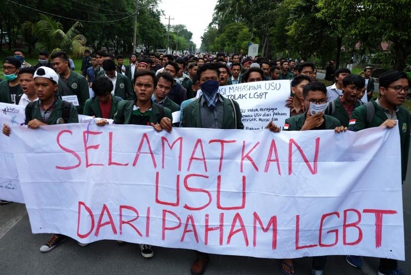 Puluhan mahasiswa yang tergabung dalam Aliansi Mahasiswa USU Tolak LGBT, berunjuk rasa di kampus, di Medan, Sumatera Utara, Jumat (29/3/2019).