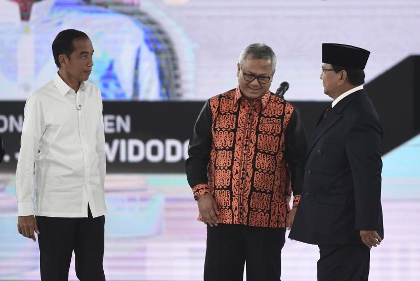 Capres nomor urut 01 Joko Widodo (kiri) dan capres nomor urut 02 Prabowo Subianto (kanan) bersama Ketua KPU Arief Budiman sebelum mengikuti debat capres putaran keempat di Hotel Shangri La, Jakarta, Sabtu (30/3/2019).