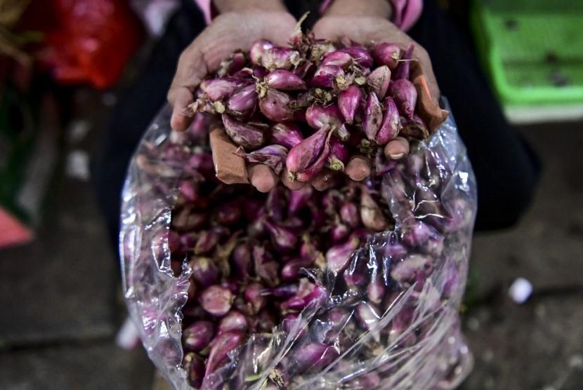 Pedagang bawang menyiapkan dagangannya di Pasar Kebayoran Lama, Jakarta, Senin (1/4/2019).