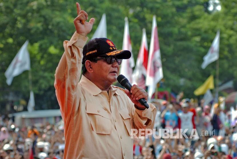 Para pendukung capres nomor urut 02 Prabowo Subianto melakukan salam dua jari dalam kampanye terbuka di Lapangan GOR Wisanggeni, Tegal, Jawa Tengah, Senin (1/4/2019).