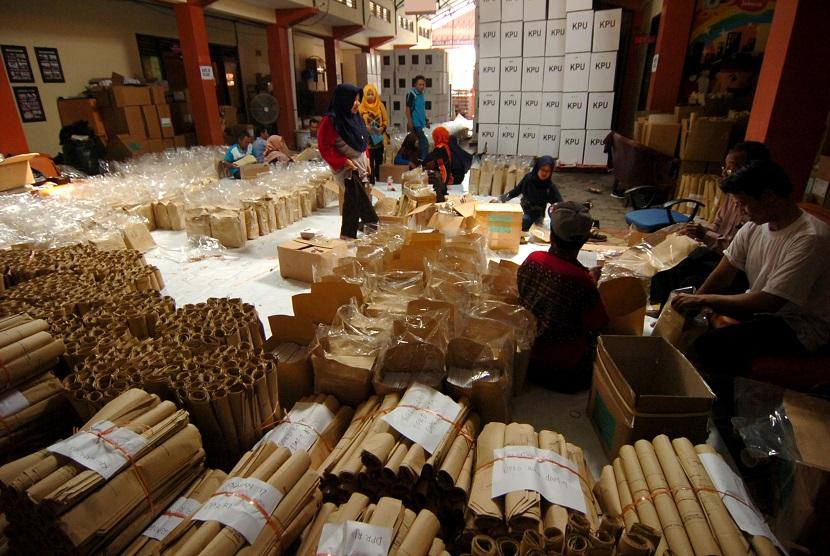Pekerja memasukkan surat suara ke dalam amplop saat pengepakan surat suara di Komisi Pemilihan Umum (KPU) Tegal, Jawa Tengah, Selasa (2/4/2019).