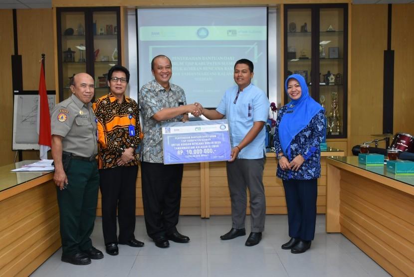 Penyerahan bantuan dari Forum Tanggung Jawab Perusahaan (TJSP)  Kabupaten Sleman kepada Pemerintah Desa Tirtomartani di Kantor PD BPR Bank  Sleman, Selasa (1/4).