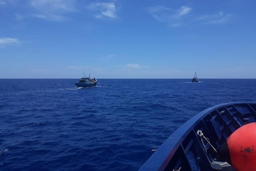 Kapal Pengawas Perikanan Hiu 011 kembali menangkap dua kapal perikanan asing (KIA) asal Vietnam di Wilayah Pengelolaan Perikanan Negara Republik Indonesia (WPP-NRI) Laut Natuna Utara. Penangkapan dilakukan pada Selasa (2/4) pukul 17.58 WIB dan telah tiba di Satuan Pengawas Natuna, Kepulauan Riau pada Kamis (4/4) dini hari WIB untuk menjalani proses hukum.