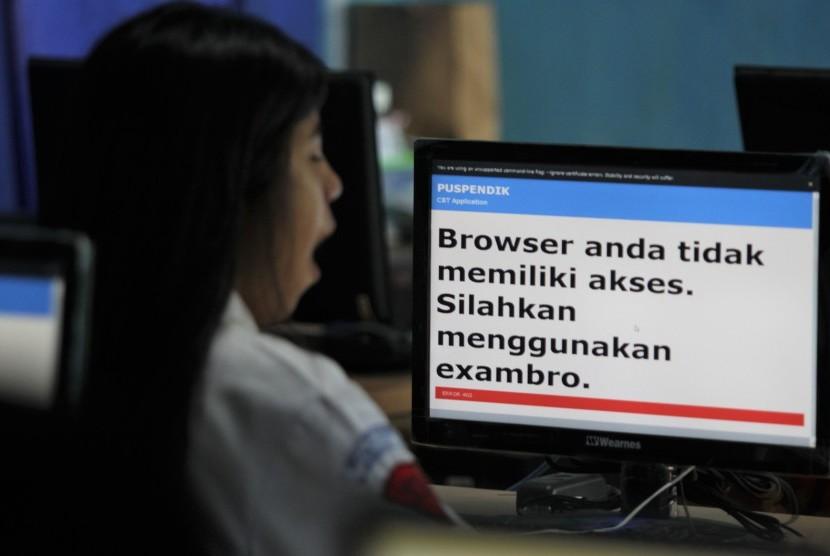 Siswa menunggu sistem jaringan membaik saat mengikuti Ujian Nasional Berbasis Komputer (ilustrasi)