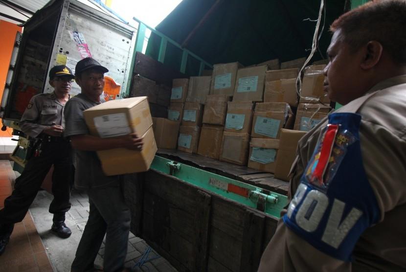 Pekerja mengangkut karton berisi surat suara Pemilu 2019 di Kecamatan Dukuh Pakis, Surabaya, Jawa Timur, Kamis (4/4/2019).
