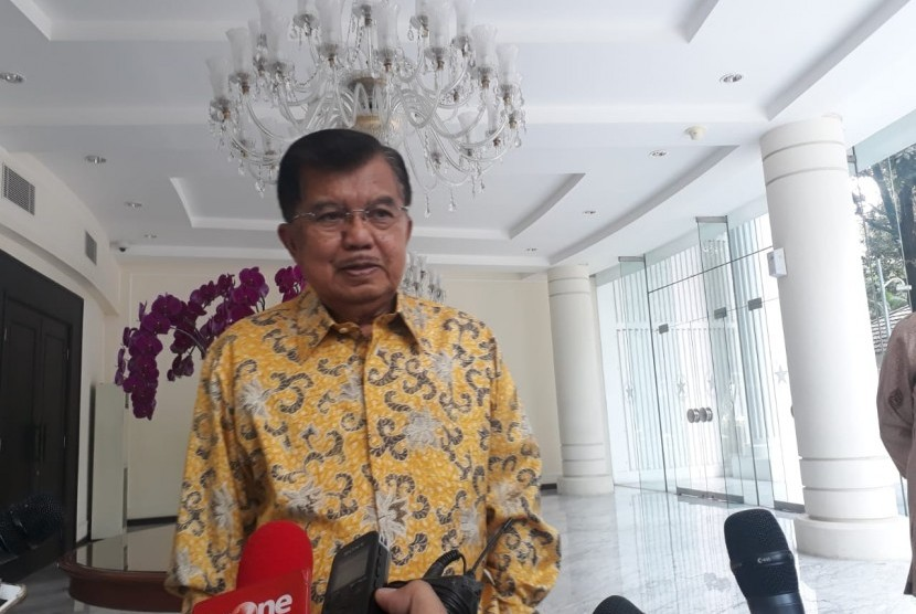 Wakil Presiden Jusuf Kalla saat diwawancarai wartawan di Kantor Wapres, Jakarta, Selasa (9/4).