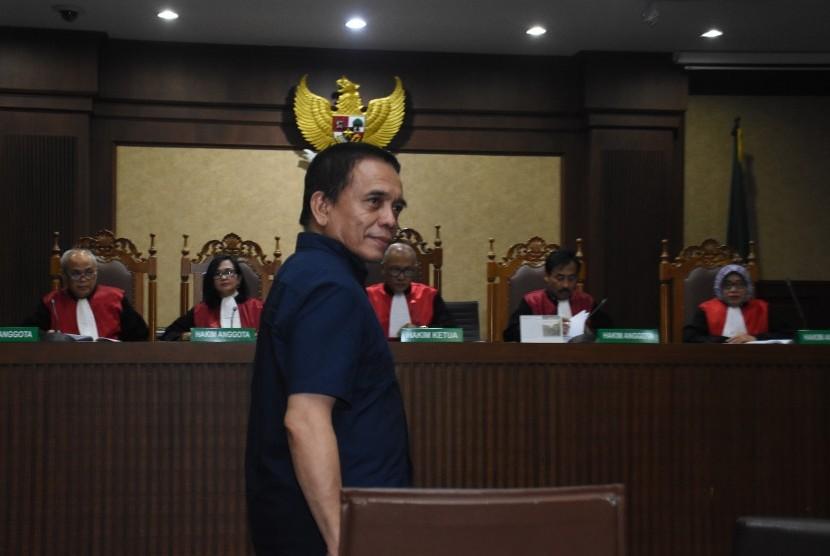 Terdakwa Gubernur nonaktif Aceh Irwandi Yusuf (tengah) bersiap menjalani sidang dengan agenda pembacaan putusan kasus dugaan suap Dana Otonomi Khusus Aceh (DOKA) tahun 2018, di Pengadilan Tipikor, Jakarta, Senin (8/4/2019).