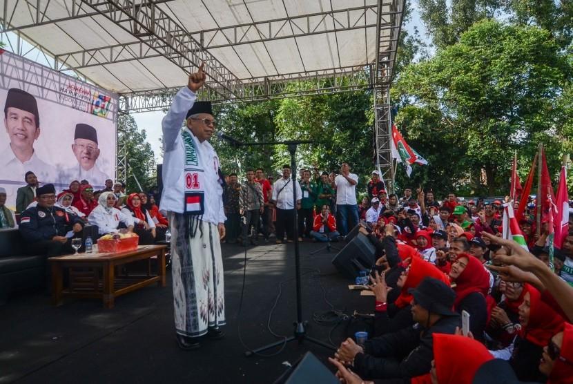 Calon Wakil Presiden nomor urut 01 Maruf Amin memberikan orasi politiknya saat kampanye akbar di Padalarang, Kabupaten Bandung Barat, Jawa Barat, Selasa (9/4/2019).