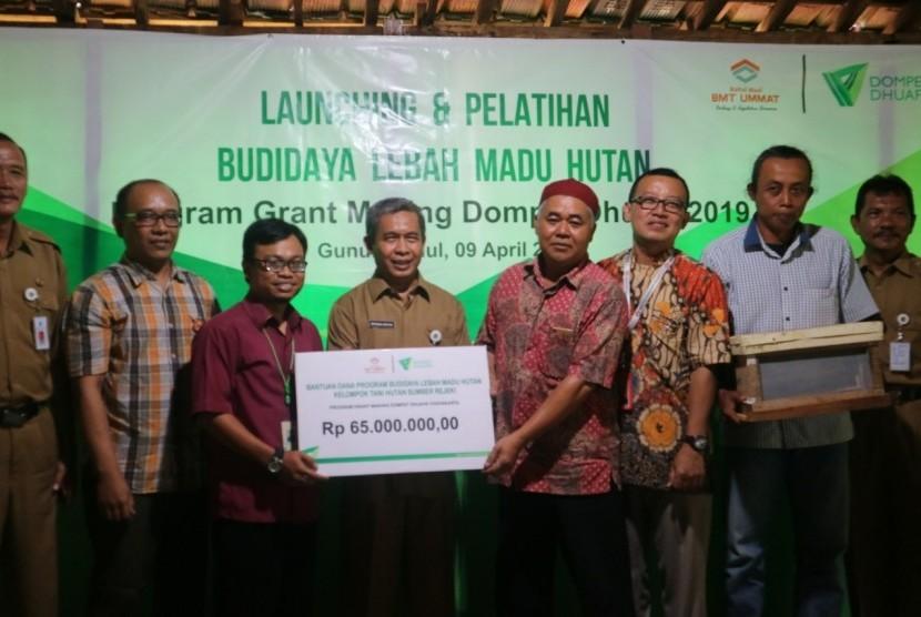 Peluncuran program budidaya lebah madu hutan yang diinisiasi  Dompet Dhuafa Yogyakarta dan BMT Ummat di Hutan Wanagama, Desa Banaran,  Kecamatan Playen, Kabupaten Gunungkidul, DIY, Selasa (9/4).
