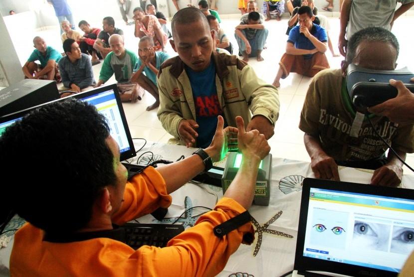 Petugas Dinas Kependudukan dan Catatan Sipil melakukan proses pendataan dan perekaman KTP Elektronik kepada penyandang gangguan jiwa, di Bekasi, Jawa Barat, Selasa (9/4/2019).