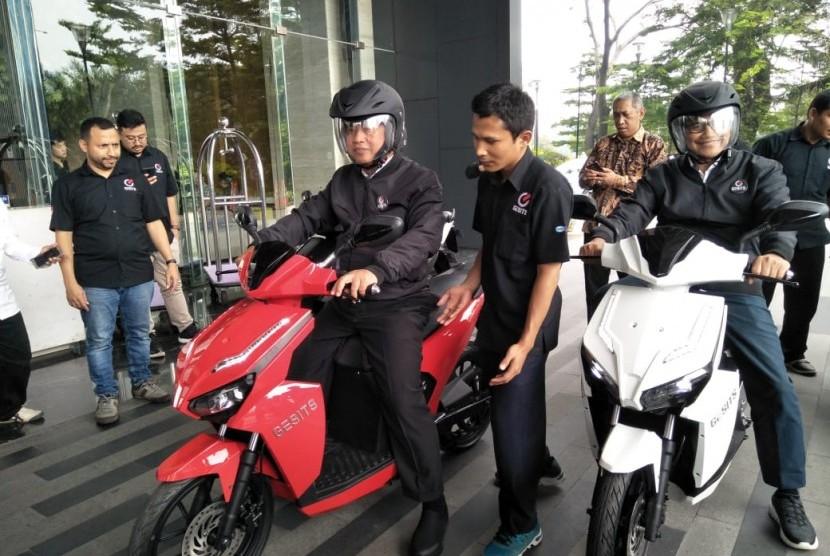 Menteri Riset, Teknologi dan Pendidikan Tinggi (Menristekdikti) Mohamad Nasir, saat mencoba motor listrik Gesits, di Hotel Mercure, Jakarta, Rabu (10/4).