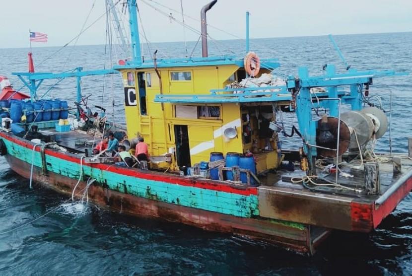 Sebanyak enam kapal perikanan asing melakukan penangkapan ikan secara ilegal di wilayah perairan Indonesia.  Empat kapal berbendera Vietnam ditangkap di Zona Ekonomi Eksklusif Indonesia (ZEEI) Laut Natuna Utara serta dua kapal Malaysia ditangkap di ZEEI Selat Malaka pada Selasa (9/4).