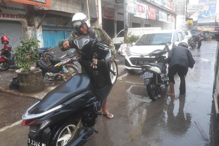 Banjir yang merendam akses jalan di Dayeuhkolot-Banjaran mulai menurun dari hari sebelumnya. Meski begitu air masih tinggi dan brlum bisa dilintasi kendaraan roda dua dan empat, Rabu (10/4).