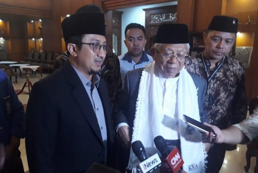 Dai kondang Ustaz Yusuf Mansur menemani mendampingi calon wakil presiden (cawapres) nomor urut 01 KH Ma'ruf Amin untuk berkampanye di Lamongan pada Rabu (10/4) sore.