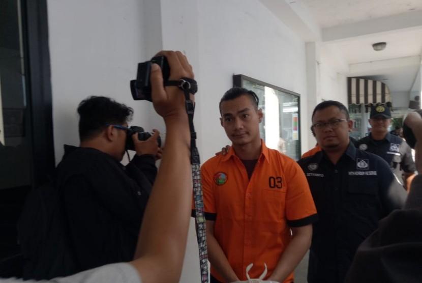Dua pelaku yang ditangkap Ditresnarkoba Polda Metro Jaya karena menggunakan narkoba jenis sabu. Harry Nugroho (foto 1) dan Agung Saga (foto 2 & 3) saat di Mapolda Metro Jaya, Rabu (10/4).