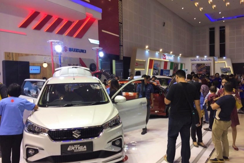 Suasana booth Suzuki dalam GIIAS Surabaya