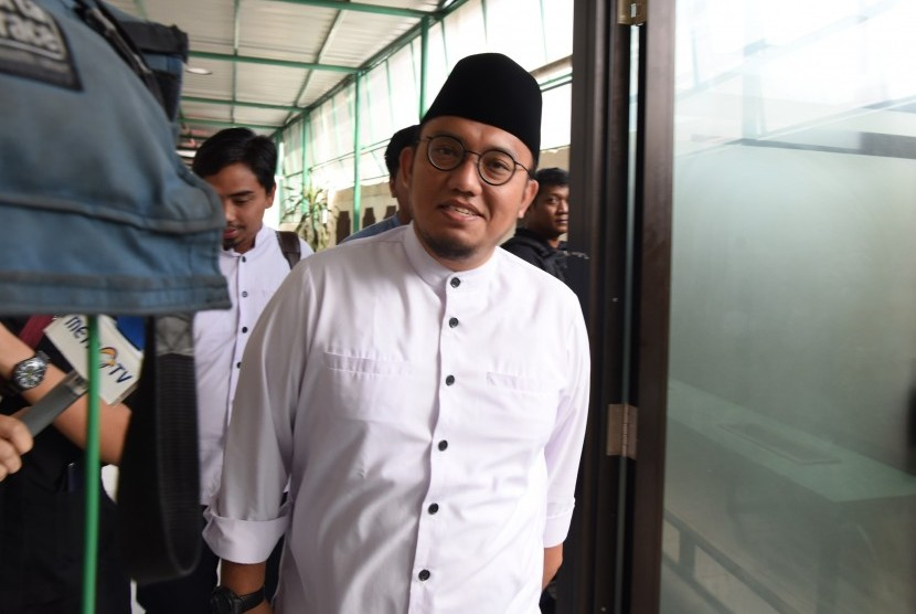 Koordinator Juru Bicara Badan Pemenangan Nasional (BPN) Prabowo-Sandiaga Uno, Dahnil Azhar berjalan saat tiba di PN Jakarta Selatan, Kamis (11/4/2019).