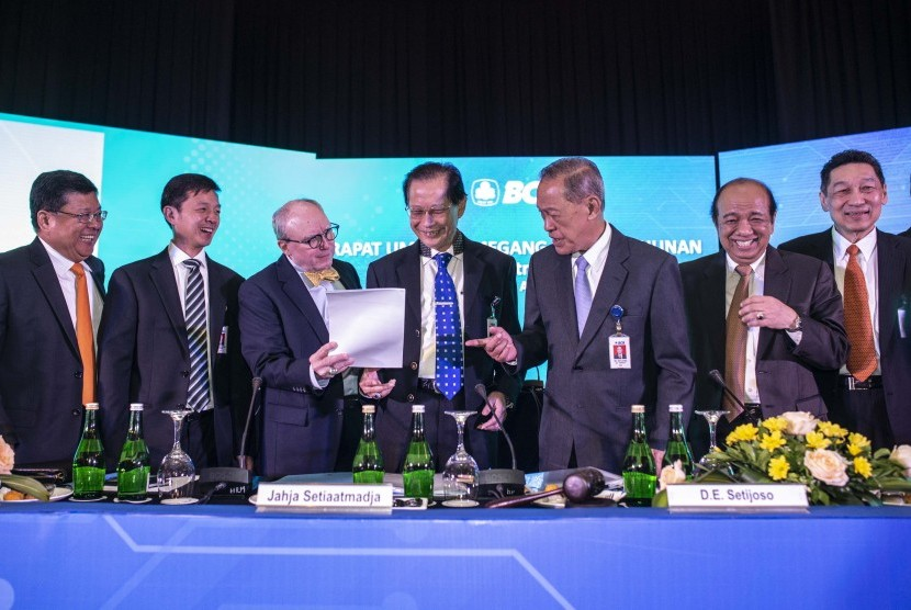 Presiden Direktur BCA Jahja Setiaatmadja (keempat kiri), Presiden Komisaris Djohan Emir Setijoso (ketiga kanan), Komisaris Independen Cyrillus Hariwono (kedua kanan), Komisaris Tonny Kusnadi (kanan), dua Wakil Presiden Direktur Eugene Keith Galbraith (ketiga kiri) dan Armand Wahyudi Hartono (kedua kiri) serta Direktur Subur Tan (kiri) berbincang sebelum Rapat Umum Pemegang Saham Tahunan (RUPST) PT Bank Central Asia (BCA) Tbk, di Jakarta, Kamis (11/4/2019).