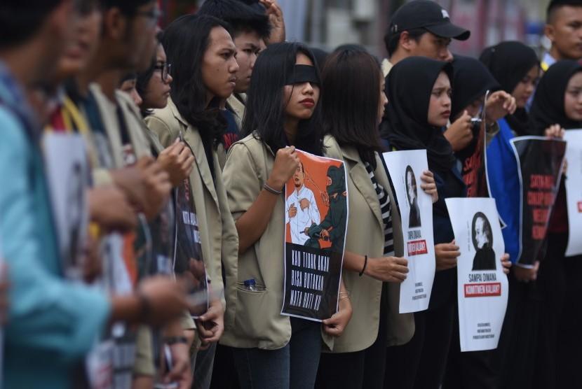 Mahasiswa yang tergabung dalam Aliansi Mahasiswa Indonesia melakukan aksi solidaritas pada Peringatan dua tahun kasus kekerasan terhadap Novel Baswedan di depan gedung KPK, Jakarta, Kamis (11/4/2019).